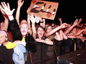 Begeisterte Fans von rechts