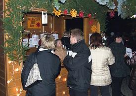 Einer der vielen festlich dekorierten Stände, um die sich die Besucher scharten